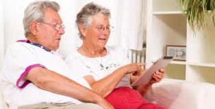 Tablet bilgisayar kullanan yaşlı çift