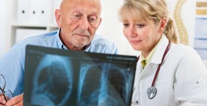 pacientas-ir-gydytoja-ziuri-rentgeno-nuotrauka-60599623