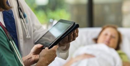Hospital-Doctors-using-digital-patient-chart